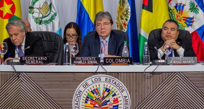 Carlos Holmes Trujillo, Canciller de Colombia, presidiendo el segundo día de Asamblea.